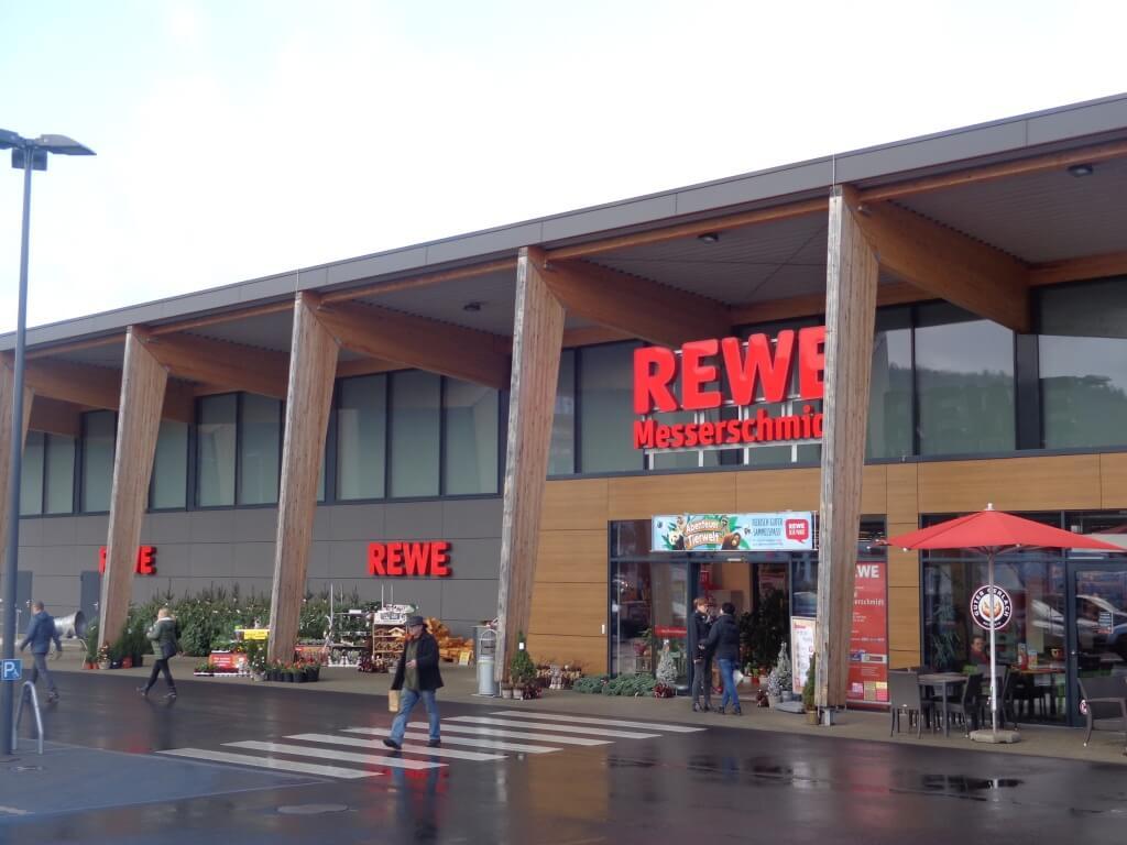 Moderner Lebensmittelmarkt mit Green Building-Zertifikat