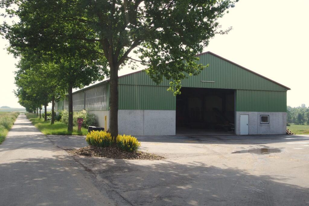 Boxenlaufstall und Gerätehalle