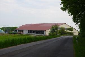 Großflächiger und vollunterkellerter Milchviehstall